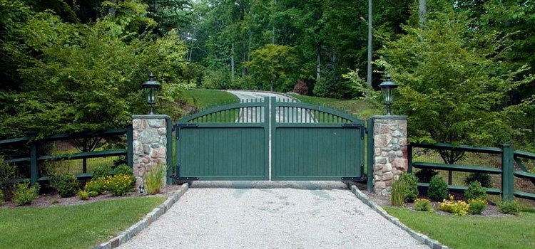 Full forest green driveway entry