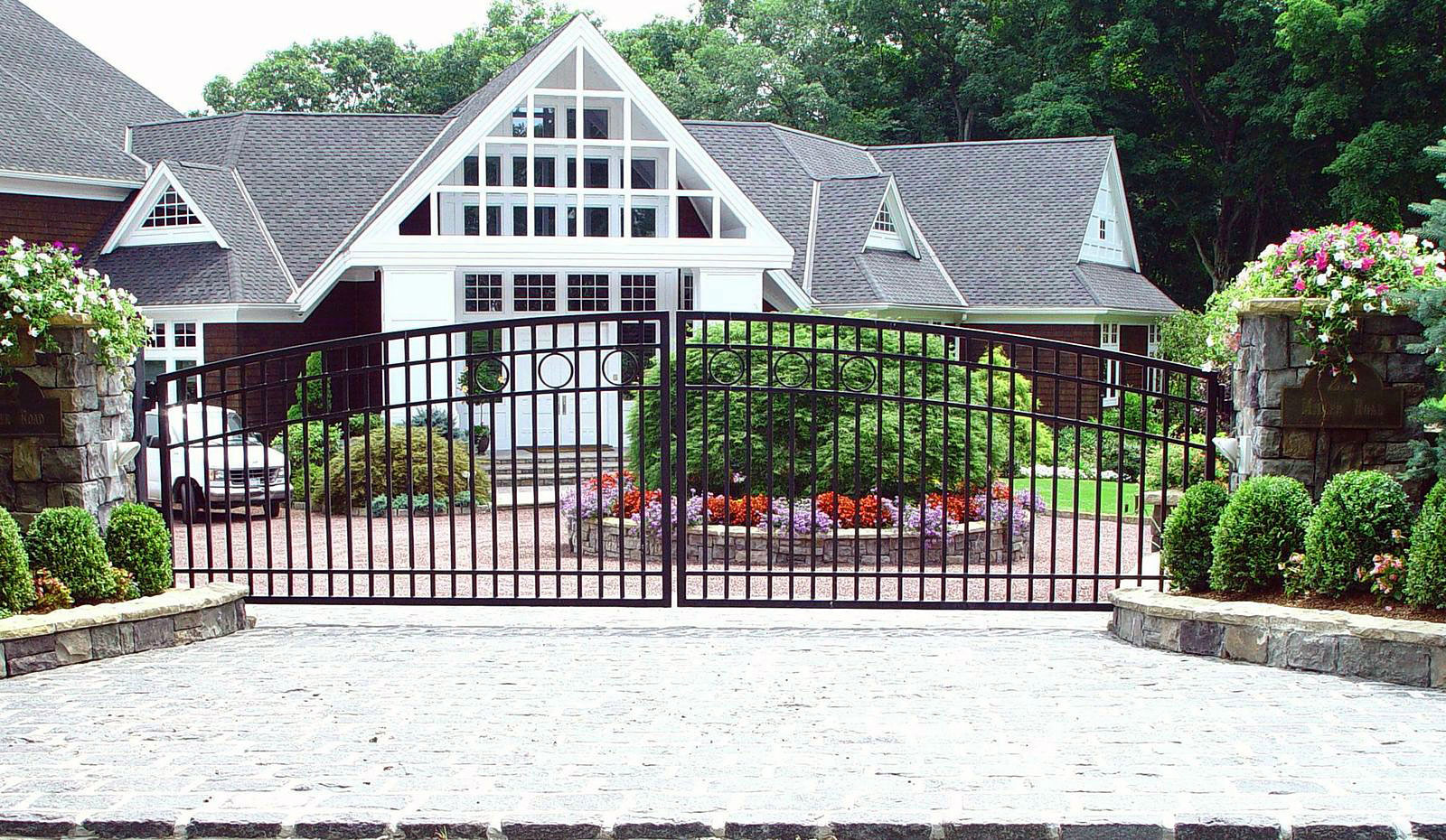 Modern Design Iron Driveway Gate With Simple Circle Details