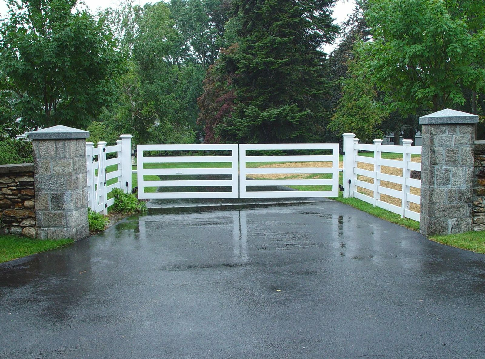 Wooden driveway gates tri state gate for Best driveway gates